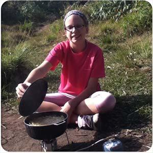 reportaje-acampando-con-niños-cocinando